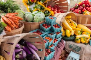 各种蔬菜桌子和篮子
